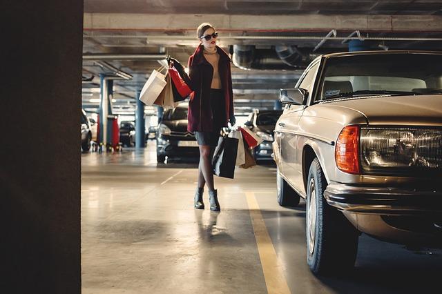 žena na parkovišti