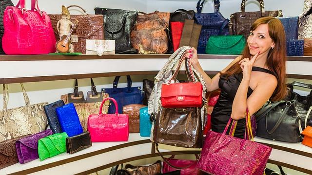 žena na nákupu kabelky