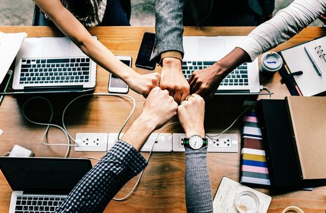 gesto – spojení rukou po úspěšně uzavřené smlouvě