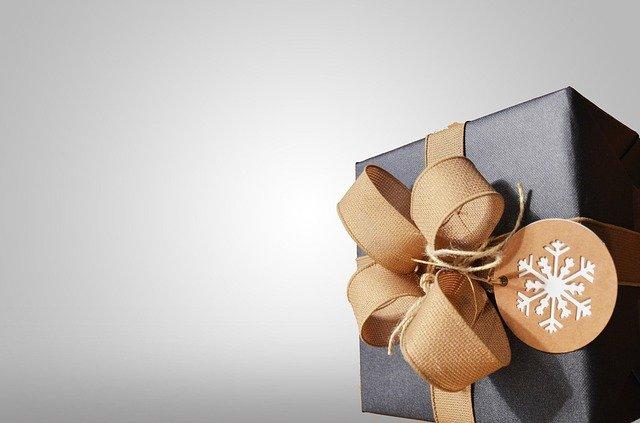 zabalený vánoční dárek