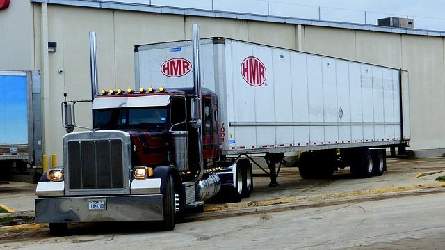 nákladní automobil sjíždějící z rampy