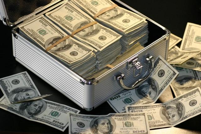 americké dolary v kufříku